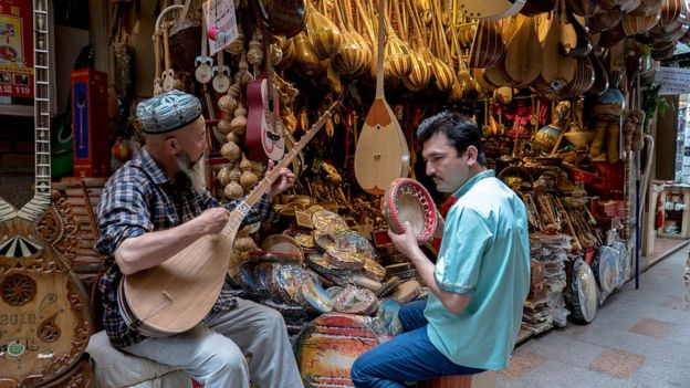Dos uigures tocan instrumentos en Kashgar, Xinjiang.