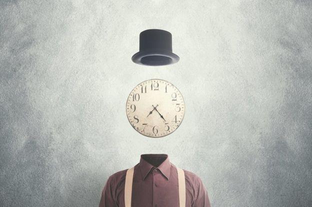 Imagem conceitual surrealista - homem com um relógio no lugar da cabeça