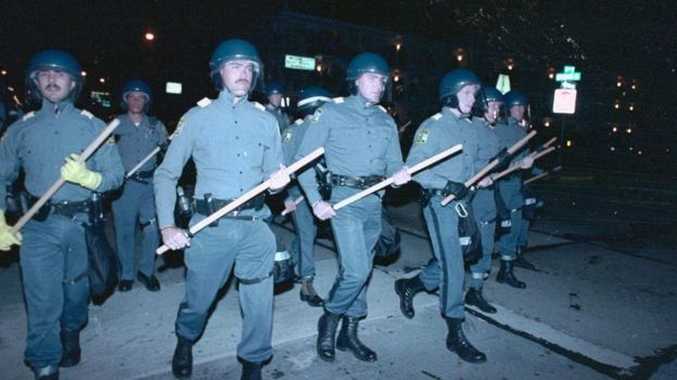 عشرات من عناصر الشرطة من المزودين بمعدات مكافحة الشغب ينتشرون لليلة الثانية على التوالي من ليالي الاضطرابات التي أثارها طلاب في ولاية فيرجينيا في سبتمبر/أيلول 1989