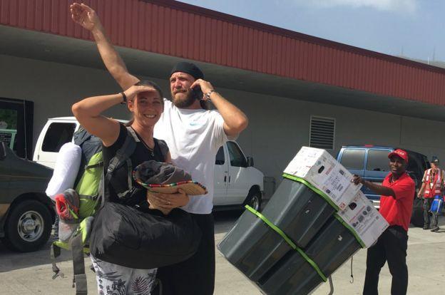 Sarah y Chris Webb cargados de generadores y elementos eléctricos