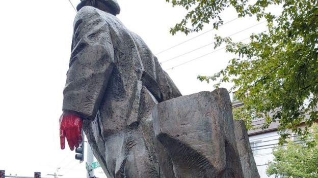Tượng Lenin này do nhà điêu khắc Emil Venkov, người Bulgaria sáng tác