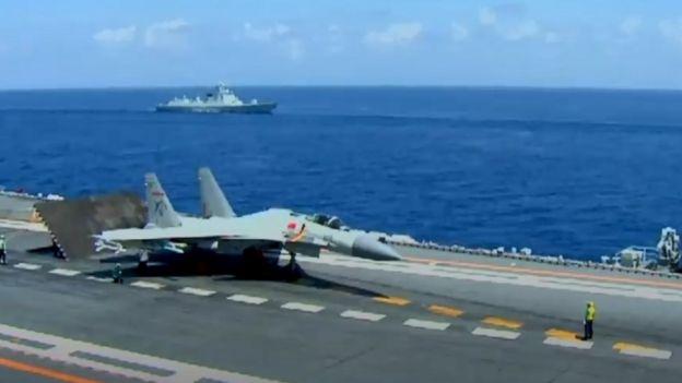 Chủ tịch Tập Cận Bình xem máy bay phản lực cất cánh từ hàng không mẫu hạm duy nhất của TQ