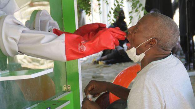 En patient som misstänks ha drabbats av COVID-19 coronavirus genomgår tester på isoleringscentret vid universitetssjukhuset i Maiduguri den 10 maj 2020