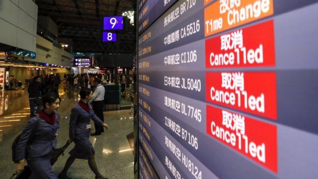 台湾桃园国际机场一面航班显示屏上显示一趟华航航班被取消(8/2/2019)