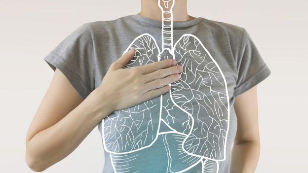 Homem toca pulmão
