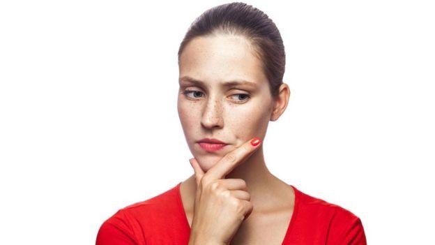Uma mulher pensando
