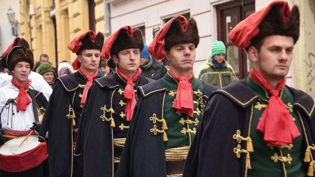 سكان كرواتيا يحتفلون باليوم العالمي لرابطة العنق سنويا في 18 أكتوبر/تشرين الأول مرتدين الزي التقليدي