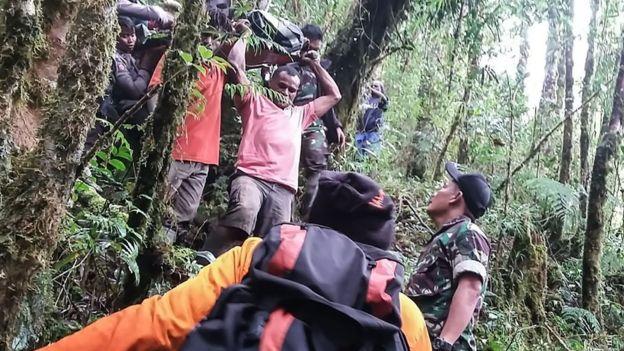 Indonesia plane crash: Boy, 12, survives Papua accident - BBC News