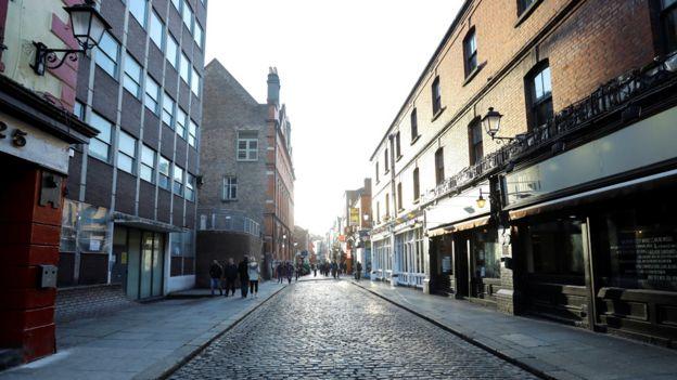 Пустая улица пабов и баров в Дублине