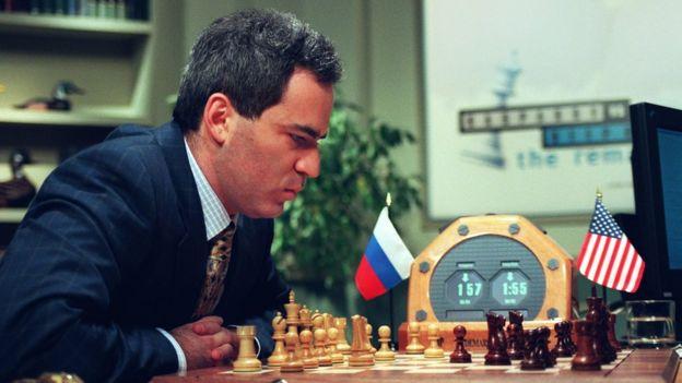 Gary Kasparov compitiendo con la computadora Deep Blue