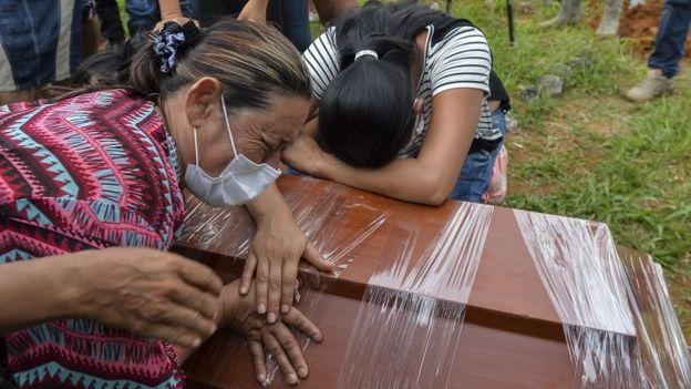 Dos mujeres recostadas contra un cajón