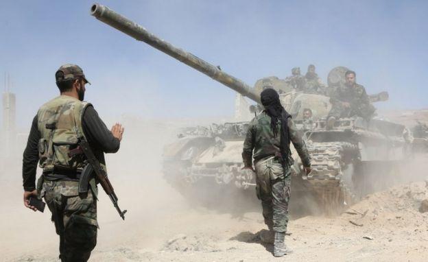 Tropas pró-governo em Douma em 7 de abril