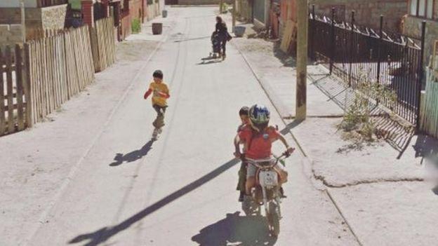 Niños corriendo en un pueblo del Desierto de Atacama