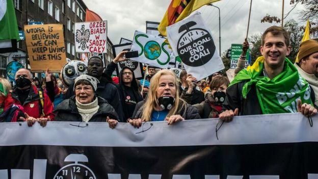 معترضان نگران تغییرات آبوهوایی در بیرون محل کنفرانس لهستان هر روز تجمع میکردند
