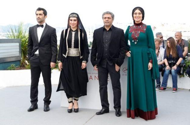 از راست به چپ: سودابه بیضایی، محمد رسولاف (کارگردان)، نسیم ادبی، و محمد اخلاقیراد در کن