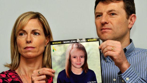 Gerry und Kate McCann, deren Tochter Madeleine 2007 auf einer Pressekonferenz in London aus einer Ferienwohnung in Portugal verschwunden ist, halten ein Bild davon, wie Madeline als älteres Mädchen aussehen könnte. Ein deutscher Gefangener wurde als Verdächtiger des Verschwindens von Madeleine identifiziert, haben Detektive enthüllt.