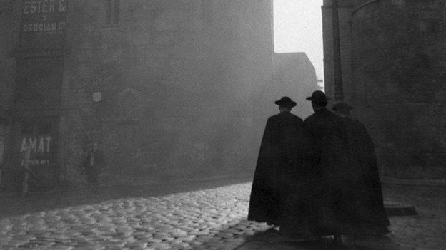 Tres monjes caminan por Barcelona.