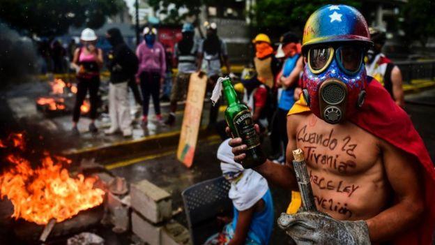Personas protestando en en Venezuela.