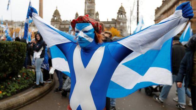 Участник демонстрации за независимость Шотландии в Глазго в ноябре 2019