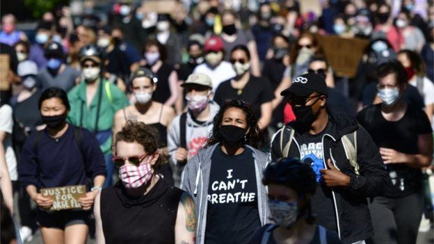Pessoas protestando nas ruas dos Estados Unidos