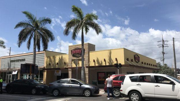 Autos parados en la avenida Collins en Miami Beach