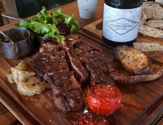 Un asado argentino y una botella de vino