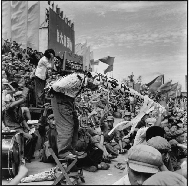 中共元老任仲夷被批鬥。任被認為是中國1970年代末以後的改革年代中最重要的改革者和政治家之一。