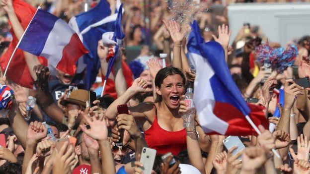 Paris'te Dünya Kupasını kutlayan taraftarlar