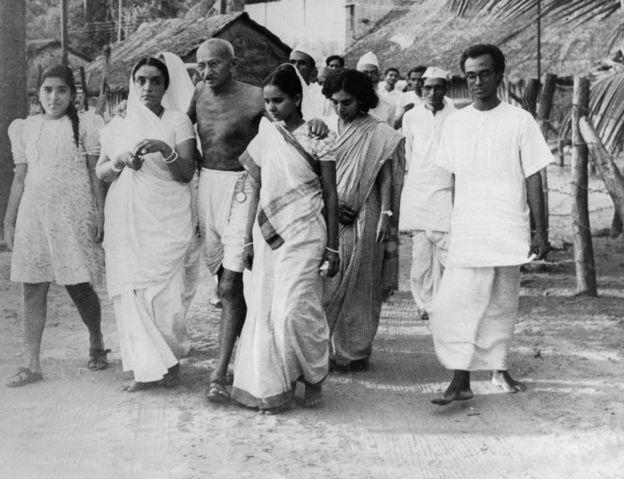 Gandhi rodeado de seguidores en Bombay, en mayo de 1944