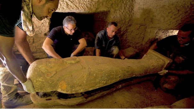 Группа археологов