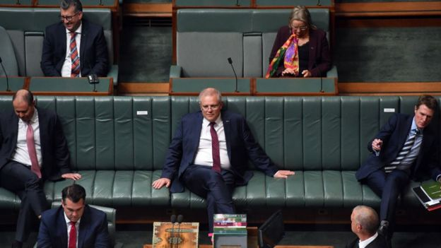 فاصلهگیری اجتماعی، که در این تصویر پارلمان استرالیا میبینیم، به جلوگیری از گسترش بیماری کمک میکند