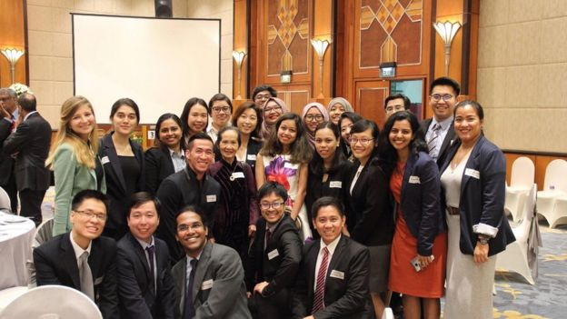 Will Nguyễn sau một buổi hội thảo với chuyên gia kinh tế Phạm Chi Lan và bạn học tại Lee Kuan Yew School of Public Policy