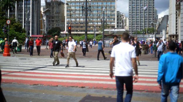 Pessoas caminhando no centro de São Paulo