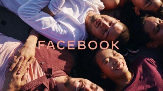 Marca do Facebook com pessoas ao fundo
