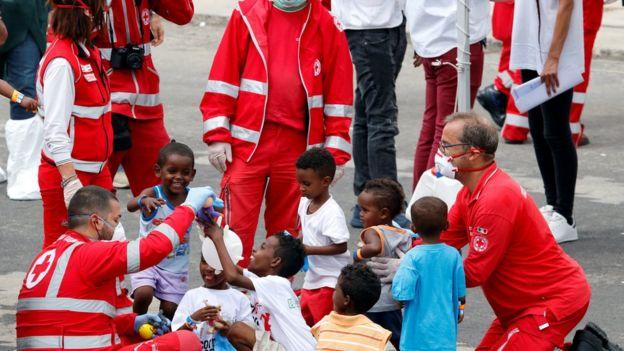 نیروهای صلیب سرخ ایتالیا با کودکان پناهجو