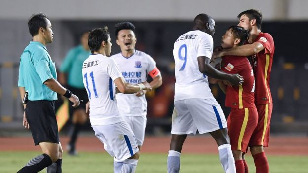 Demba Ba in a row with Zhang Li in a CSL match