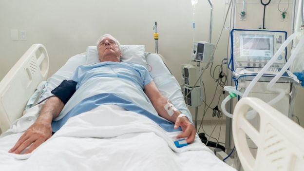 Paciente monitoreado en hospital