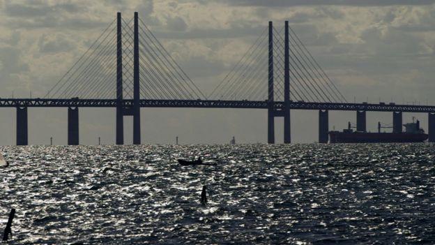 Imagem mostra barcos nas proximidades da Ponte Øresund, que conecta a Dinamarca à cidade sueca de Malmo