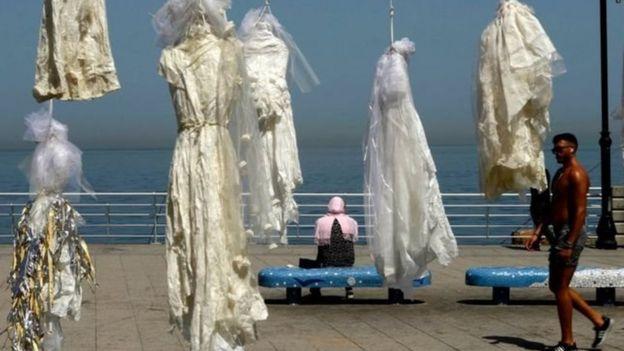لباسهای عرئس به دار آویخته شده