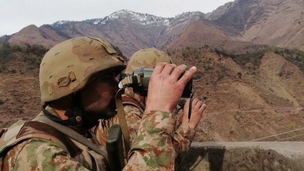 Soldados pakistaníes vigilan en la Línea de Control