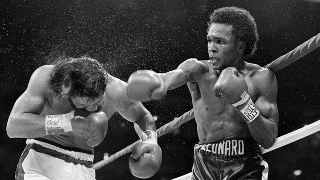 Sugar Ray Leonard golpea a Roberto Duran en una pelea de 1980