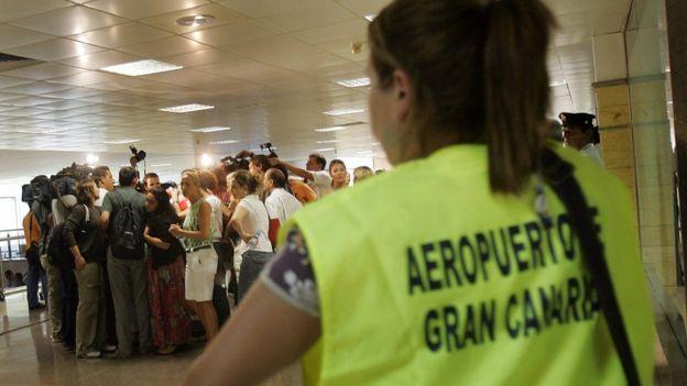 Familiares de los pasajeros que iban en el vuelo accidentado en Madrid esperando en el aeropuerto de Las Palmas de Gran Canaria.