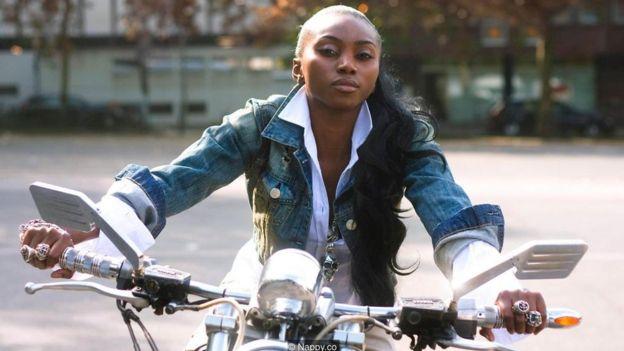 Mujer en una moto