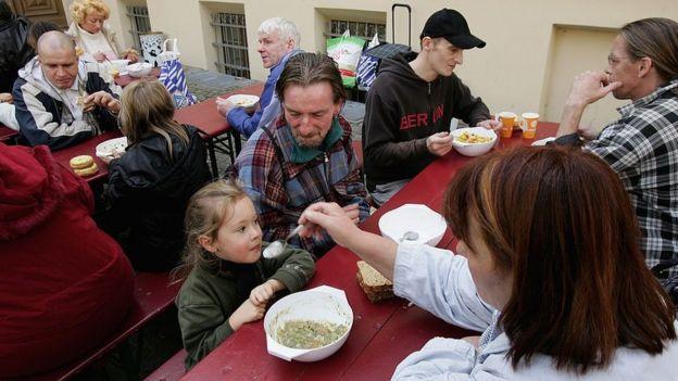 Alemanes comiendo en una cocina pública.