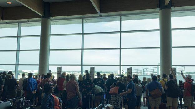 Hành khách tập trung tại sân bay Dallas