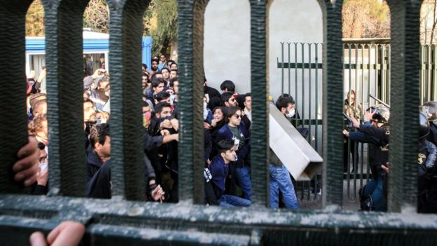 Толпа протестующих у Тегеранского университета