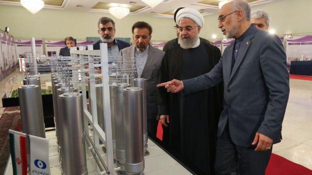İranın Atom Enerji təşkilatının rəhbəri Əli Əkbər Salehi Prezident Həsən Ruhaniyə nüvə texnologiyasını göstərir.