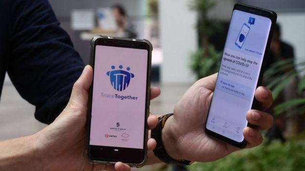 Singapur'da 'TraceTogether' uygulaması kullanılıyor.