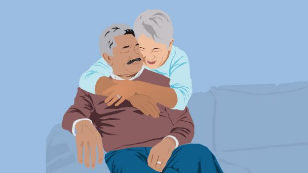 Dos personas abrazándose.