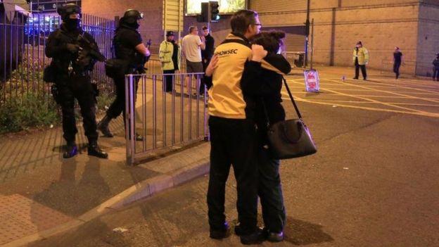 Pareja se abraza en las inmediaciones del estadio Manchester Arena.